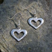 Pierced heart earrings E103